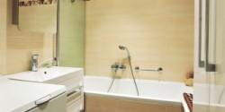 Hnědě-béžová koupelna