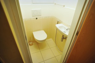 WC s umyvadlem